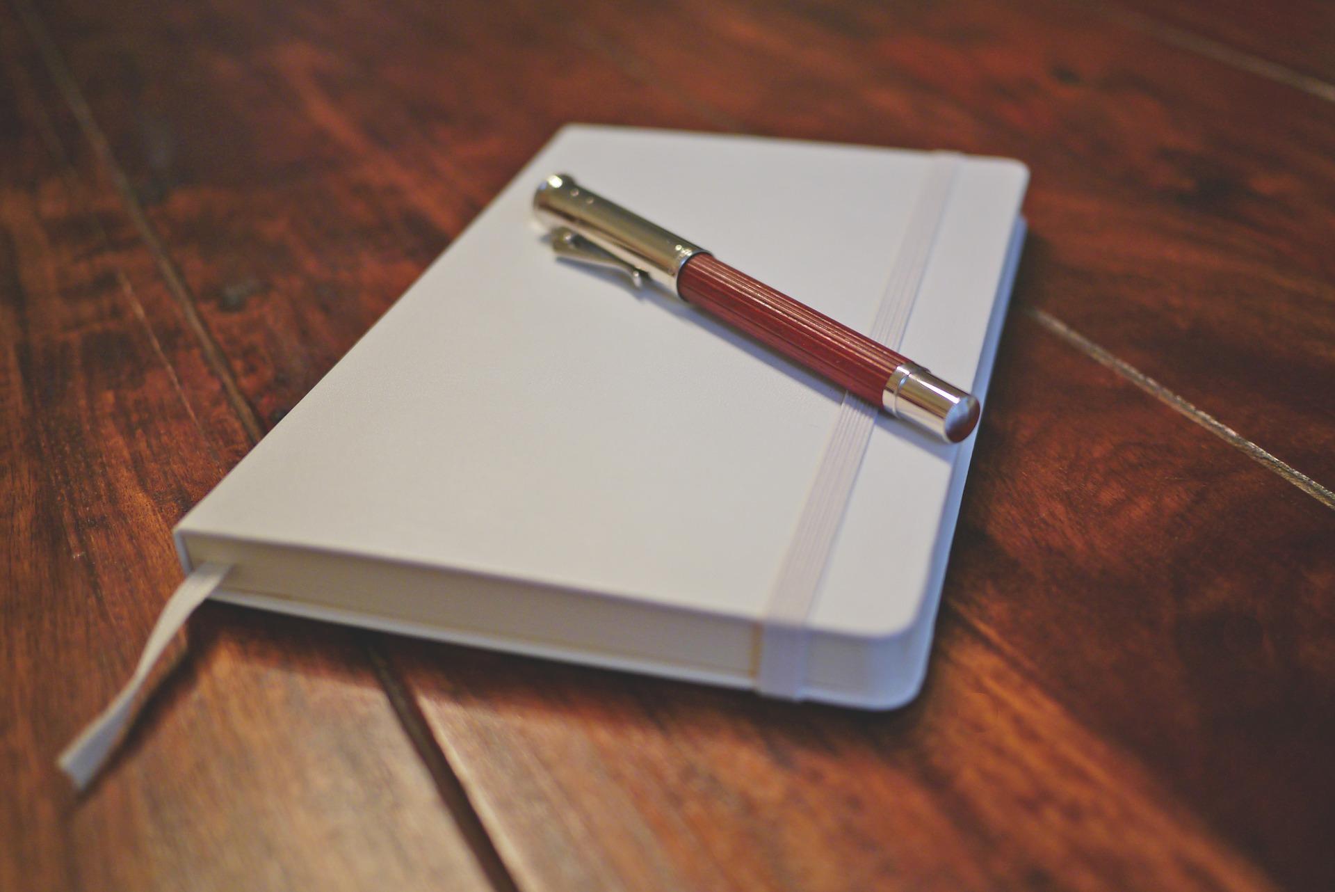 Weißes Notizbuch mit Füllfeder